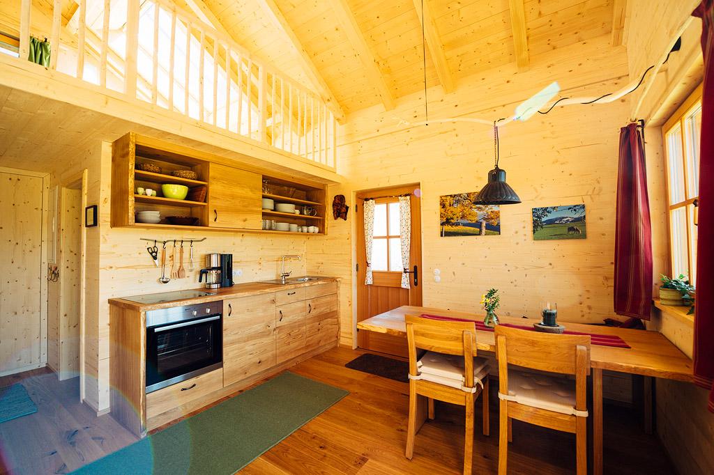 Auch die Küche und Sitzgruppe sind aus Massivholz