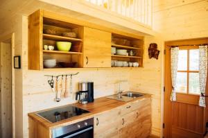 Die Massivholzküche in der Baumhaus-Ferienwohnung