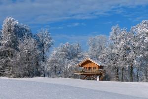 Baumhaus Samerberg in verschneiter Winterlandschaft