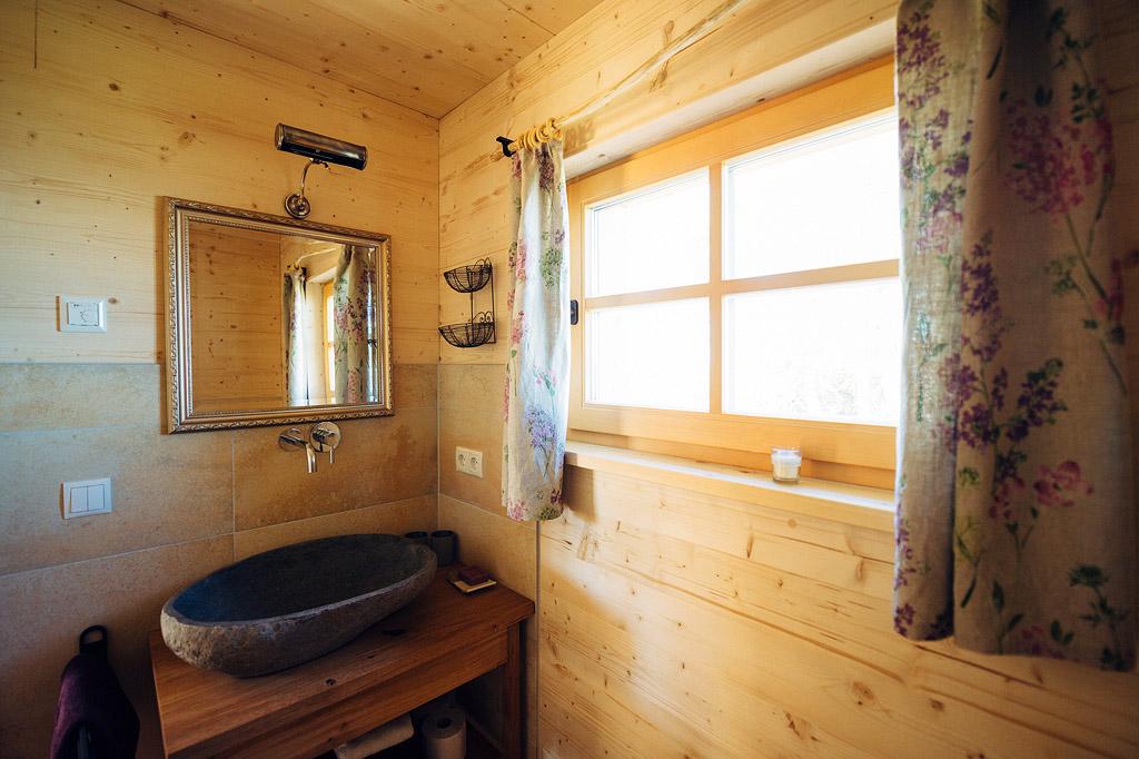 Badezimmer mit Dusche, WC und edlem Bachsteinwaschbecken
