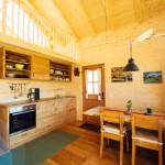 Küche und Sitzgruppe sind, ebenso wie die anderen Möbel aus Massivholz