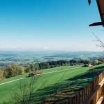 Aussicht vom Baumhaus auf das Alpenvorland